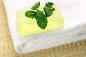Handgemaakte zeep op handdoek — Stockfoto