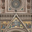 Rose window and facade decoration of Orvieto cathedral — Stock Photo