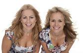 Dwóch atrakcyjnych młodych kobiet dorosłych uśmiechający się — Zdjęcie stockowe