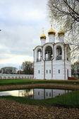 étang qui reflète le clocher du monastère debout côté — Photo