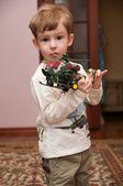Garotinho brincando com brinquedo — Foto Stock