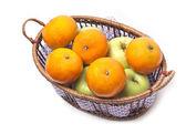 Mandarinas y manzanas en un backet aislado en blanco — Foto de Stock