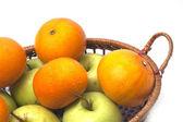 Mandarynki i jabłka kosz na białym tle — Zdjęcie stockowe