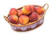 Brzoskwinie w koszyku — Zdjęcie stockowe