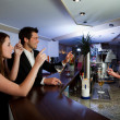 Ordering drinks at the bar - Foto Stock