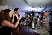 Commander des boissons au bar — Photo
