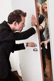 Homme d'affaires en poussant la porte — Photo