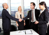 Apretón de manos de negocio sobre el trato — Foto de Stock