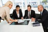 Equipo de negocios jefe insctructing — Foto de Stock