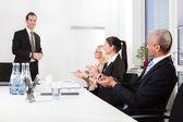 Team aziende applaudire alla presentazione — Foto Stock