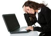 在笔记本电脑上工作的压力大商界女强人 — 图库照片