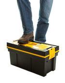 Gros plan du réparateur debout sur la boîte à outils — Photo