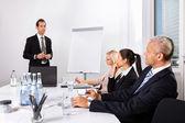 Affärsman som ger en presentation — Stockfoto