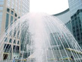 喷泉和办公大楼 — 图库照片