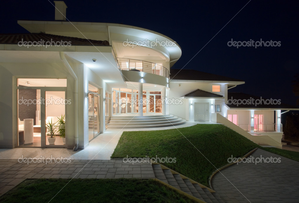 Modern house exterior, large and expensive house architecture. — Lizenzfreies Foto #4641567