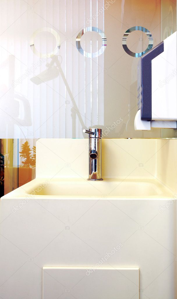 Detail of a simple white lavatory. Interior of dental clinic. — Stock Photo #4727973