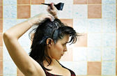 染头发的女人 — 图库照片