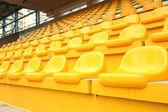 žluté židle uvnitř stadionu — Stock fotografie