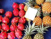 Vendita di frutta nel mercato — Foto Stock