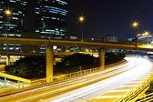 Tráfego na cidade durante a noite — Fotografia Stock