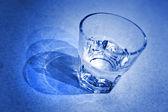 Copo de água em tom azul — Foto Stock