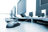 Pracoviště místnost s počítači — Stock fotografie