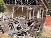 Rozpadá dům v suchém lese — Stock fotografie