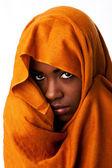 Mystiska kvinnliga ansikte i ockra huvud wrap — Stockfoto