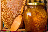 Jars of honey and honeycomb — Stock Photo