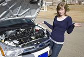 Девочка ожидания разбитый автомобиль — Стоковое фото