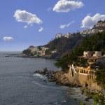 Rocky coastal homes along a hillside in Mexico — Stock Photo