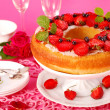 Yeast ring cake with strawberry — Stock Photo
