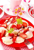 Sweet ravioli with strawberry — Stock Photo