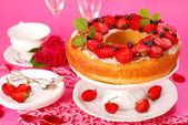 Yeast ring cake with strawberry — Stock Photo