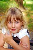 Signe ok de la jeune fille montrant — Photo