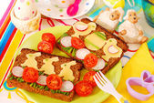 Funny easter breakfast for child — 图库照片