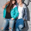 Młoda para portret stoi miejski moda — Zdjęcie stockowe