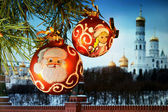 New Year's spheres against the Kremlin wall in Moscow — Stok fotoğraf