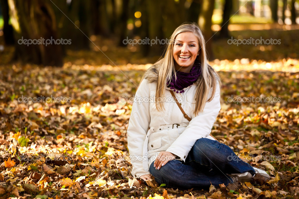 Caucasian young adult blond woman outdoor fall time — Stock Photo #4054021