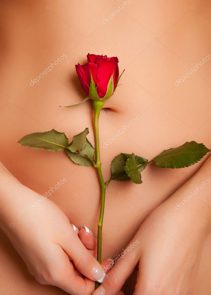 Nude caucasian woman holding red rose — Stockfoto #4620086