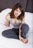 Sentada na cama — Foto Stock