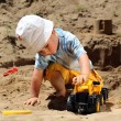 Little child play with sand — Foto de Stock