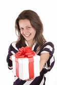 Jeune fille tenant un cadeau — Photo