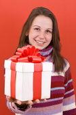 少女抱著一份礼物 — 图库照片