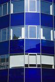太阳反映了在蓝色的门面 — 图库照片