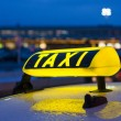 Taxi sign at night — Stockfoto