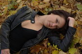Girl lying on the leaves — ストック写真