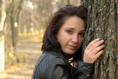 Girl near the tree — Foto de Stock