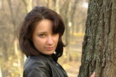 Girl in the autumn forest — Stockfoto