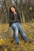 Girl leaning on a stump — Stockfoto